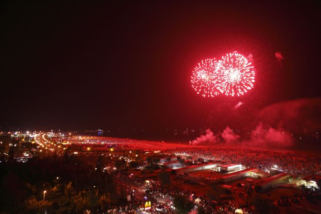 """La Notte Rosa, the Italian summer's New Year's Eve, Rimini, fireworks<br /><a href=""""http://static.riviera.rimini.it/tl_files/gallerie/orig/3z4j7754_2009-08-13-104842.jpg.zip"""" target=""""_blank"""" class=""""photo-download"""">Download high resolution image</a>"""