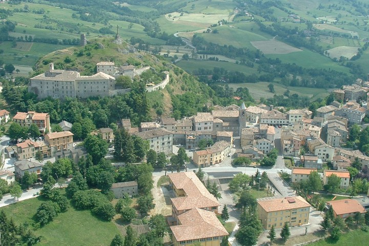 "aerial view, Pennabilli<br /><a href=""http://static.riviera.rimini.it/tl_files/gallerie/orig/aerea-pennabilli.jpg.zip"" target=""_blank"" class=""photo-download"">Download high resolution image</a>"