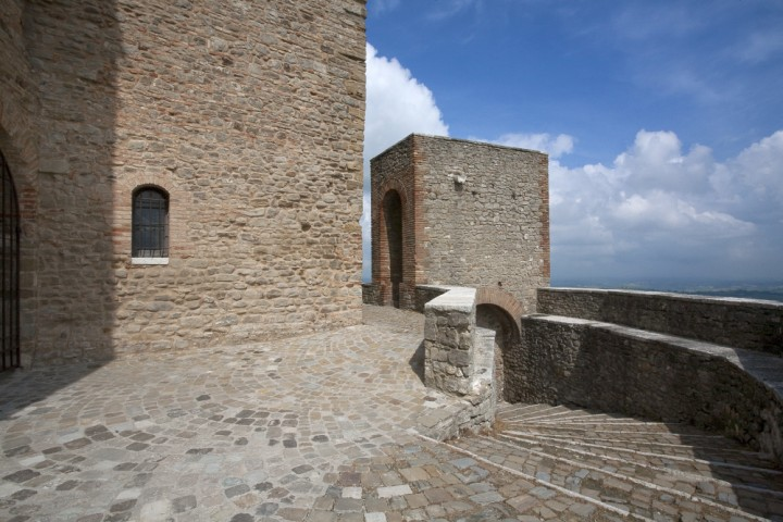 """Malatesta Fortress, Montefiore Conca<br /><a href=""""http://static.riviera.rimini.it/tl_files/gallerie/orig/castello-05.jpg.zip"""" target=""""_blank"""" class=""""photo-download"""">Download high resolution image</a>"""