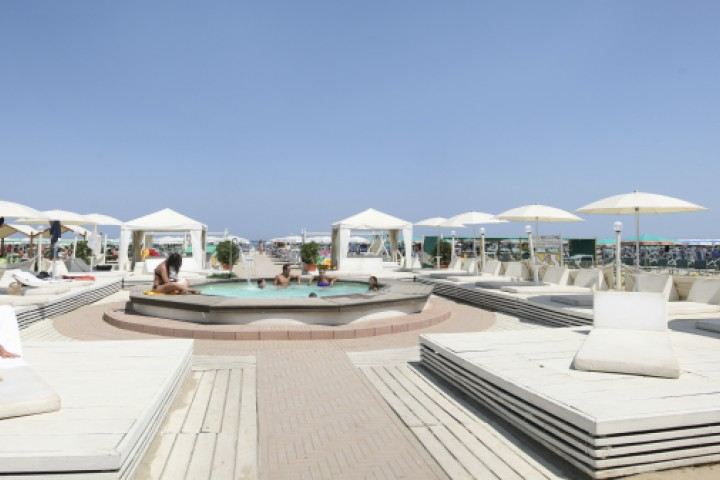 "<br /><a href=""http://static.riviera.rimini.it/tl_files/gallerie/orig/cattolica-spiaggia.jpg.zip"" target=""_blank"" class=""photo-download"">Download high resolution image</a>"