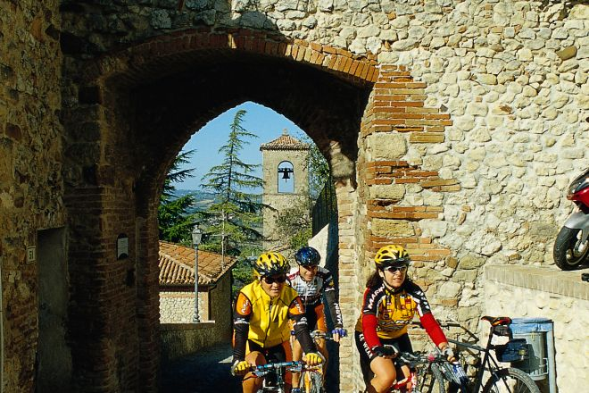 "cycling, Verucchio<br /><a href=""http://static.riviera.rimini.it/tl_files/gallerie/orig/cicloturismo7.tif.jpg.zip"" target=""_blank"" class=""photo-download"">Download high resolution image</a>"