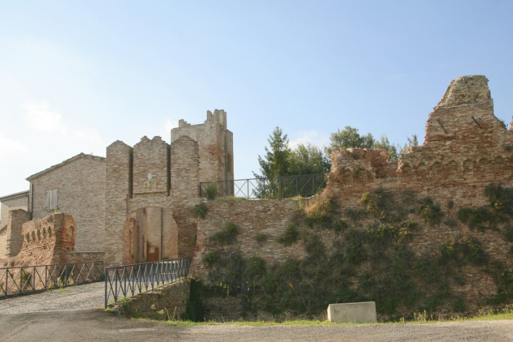 """Remains of the town walls, Coriano<br /><a href=""""http://static.riviera.rimini.it/tl_files/gallerie/orig/coriano-castello-02.jpg.zip"""" target=""""_blank"""" class=""""photo-download"""">Download high resolution image</a>"""