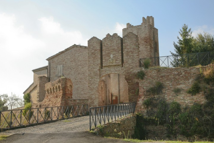 """Remains of the town walls, Coriano<br /><a href=""""http://static.riviera.rimini.it/tl_files/gallerie/orig/coriano-castello.jpg.zip"""" target=""""_blank"""" class=""""photo-download"""">Download high resolution image</a>"""