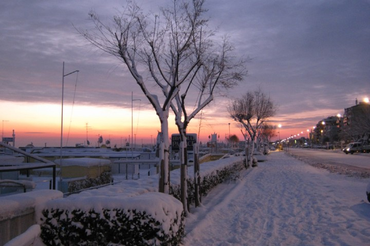 "promenade under the snow, Rimini<br /><a href=""http://static.riviera.rimini.it/tl_files/gallerie/orig/dicembre-2010-bis-1.jpg.zip"" target=""_blank"" class=""photo-download"">Download high resolution image</a>"