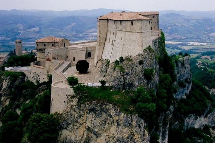 """Fortress, San Leo<br /><a href=""""http://static.riviera.rimini.it/tl_files/gallerie/orig/fortezza-con-pomodoro.jpg.zip"""" target=""""_blank"""" class=""""photo-download"""">Download high resolution image</a>"""