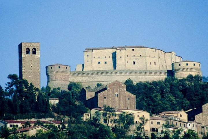 "fortress and cathedral of San Leone, San Leo<br /><a href=""http://static.riviera.rimini.it/tl_files/gallerie/orig/fortezza-e-duomo.jpg.zip"" target=""_blank"" class=""photo-download"">Download high resolution image</a>"