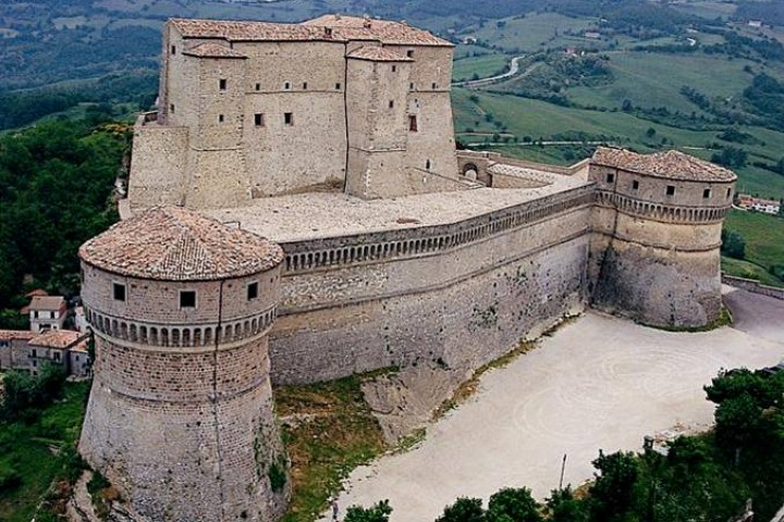 """Fortress, San Leo<br /><a href=""""http://static.riviera.rimini.it/tl_files/gallerie/orig/fortezza-esterno.jpg.zip"""" target=""""_blank"""" class=""""photo-download"""">Download high resolution image</a>"""
