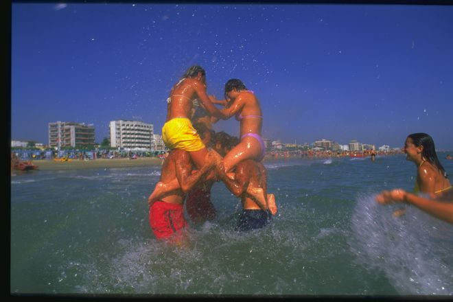 """Bagno in mare<br /><a href=""""http://static.riviera.rimini.it/tl_files/gallerie/orig/giovani25.tif.jpg.zip"""" target=""""_blank"""" class=""""photo-download"""">Download high resolution image</a>"""