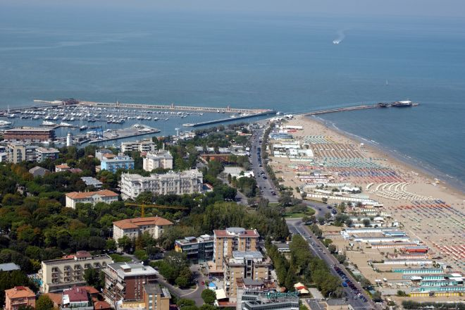 "aerial view, Rimini<br /><a href=""http://static.riviera.rimini.it/tl_files/gallerie/orig/grandhotel_aerea.jpg.zip"" target=""_blank"" class=""photo-download"">Download high resolution image</a>"