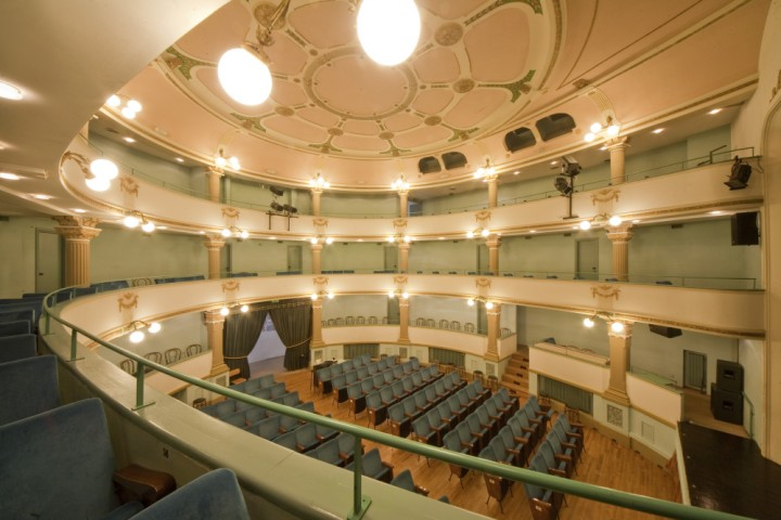 "<br /><a href=""http://static.riviera.rimini.it/tl_files/gallerie/orig/img_2192-teatro-sociale.jpg.zip"" target=""_blank"" class=""photo-download"">descarga en alta resolución</a>"