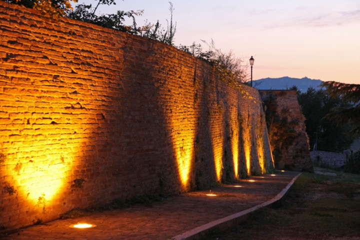 """Ancient city walls, Montecolombo<br /><a href=""""http://static.riviera.rimini.it/tl_files/gallerie/orig/img_2342assavino.jpg.zip"""" target=""""_blank"""" class=""""photo-download"""">Download high resolution image</a>"""