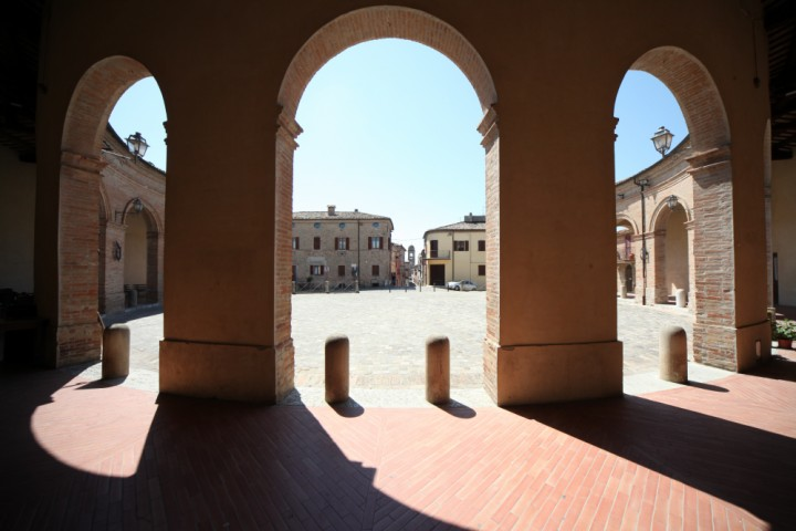 "Piazza Maggiore, Mondaino<br /><a href=""http://static.riviera.rimini.it/tl_files/gallerie/orig/img_5024_mondaino.jpg.zip"" target=""_blank"" class=""photo-download"">Download high resolution image</a>"