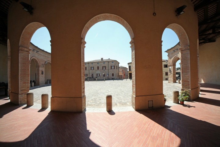 "Piazza Maggiore, Mondaino<br /><a href=""http://static.riviera.rimini.it/tl_files/gallerie/orig/img_5027a_mondaino.jpg.zip"" target=""_blank"" class=""photo-download"">Download high resolution image</a>"