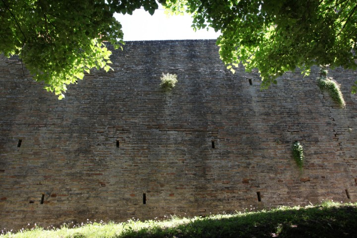 """Ancient city walls, Saludecio<br /><a href=""""http://static.riviera.rimini.it/tl_files/gallerie/orig/img_5152a_saludecio.jpg.zip"""" target=""""_blank"""" class=""""photo-download"""">Download high resolution image</a>"""
