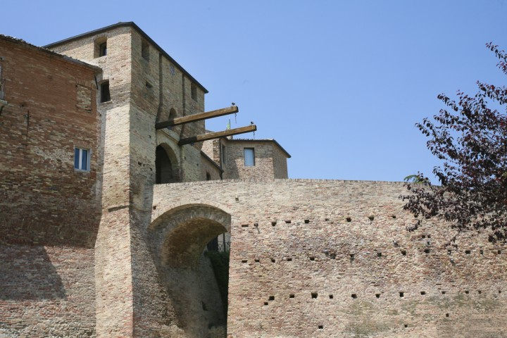 """Ancient city walls and gate, Mondaino<br /><a href=""""http://static.riviera.rimini.it/tl_files/gallerie/orig/mondaino-05-1.jpg.zip"""" target=""""_blank"""" class=""""photo-download"""">Download high resolution image</a>"""