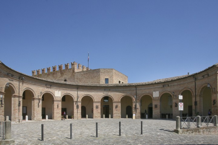 "Piazza Maggiore, Mondaino<br /><a href=""http://static.riviera.rimini.it/tl_files/gallerie/orig/mondaino-piazza-maggiore.jpg.zip"" target=""_blank"" class=""photo-download"">Download high resolution image</a>"