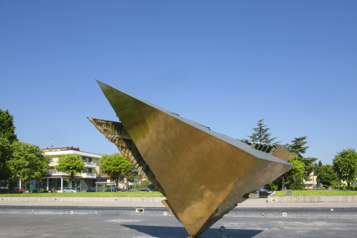 """Wing Beat"" by Arnaldo Pomodoro, Morciano di Romagna<br /><a href=""http://static.riviera.rimini.it/tl_files/gallerie/orig/morciano-16.jpg.zip"" target=""_blank"" class=""photo-download"">Download high resolution image</a>"