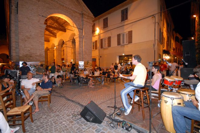 "concert at the old fish market, Rimini<br /><a href=""http://static.riviera.rimini.it/tl_files/gallerie/orig/notte-rosa-vecchia-pescheria_04092006123454.jpg.zip"" target=""_blank"" class=""photo-download"">Download high resolution image</a>"