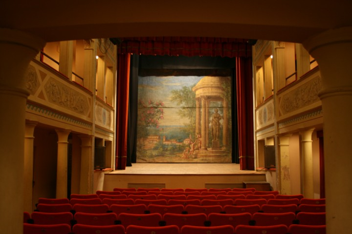 "<br /><a href=""http://static.riviera.rimini.it/tl_files/gallerie/orig/teatro-massari-3.jpg.zip"" target=""_blank"" class=""photo-download"">descarga en alta resolución</a>"