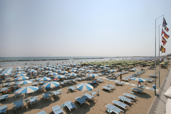 "Bellaria Igea Marina, beach and sun umbrellas<br /><a href=""https://static.riviera.rimini.it/tl_files/gallerie/orig/bellaria075.jpg.zip"" target=""_blank"" class=""photo-download"">Download high resolution image</a>"