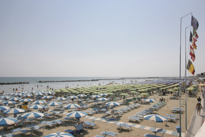 "Bellaria Igea Marina, beach and sun umbrellas<br /><a href=""https://static.riviera.rimini.it/tl_files/gallerie/orig/bellaria076-1.jpg.zip"" target=""_blank"" class=""photo-download"">Download high resolution image</a>"