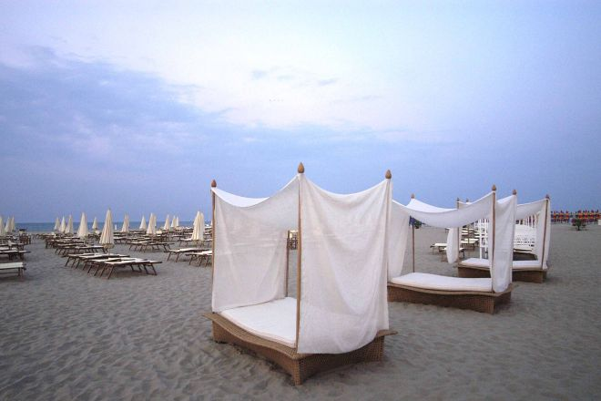 """Grand Hotel, the beach, Rimini<br /><a href=""""https://static.riviera.rimini.it/tl_files/gallerie/orig/grandhotel_spiaggia_cabanas.jpg.zip"""" target=""""_blank"""" class=""""photo-download"""">Download high resolution image</a>"""