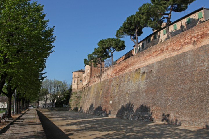 "Ancient city walls, Santarcangelo di Romagna<br /><a href=""https://static.riviera.rimini.it/tl_files/gallerie/orig/img_1686asantarcangelo.jpg.zip"" target=""_blank"" class=""photo-download"">Download high resolution image</a>"