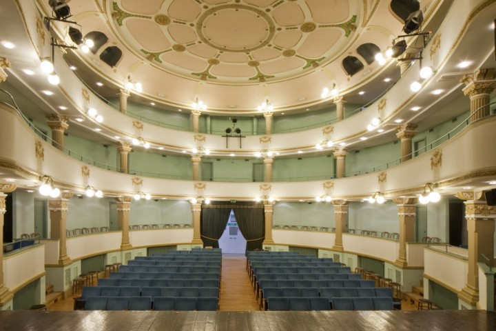 "<br /><a href=""https://static.riviera.rimini.it/tl_files/gallerie/orig/img_2203-teatro-sociale.jpg.zip"" target=""_blank"" class=""photo-download"">descarga en alta resolución</a>"
