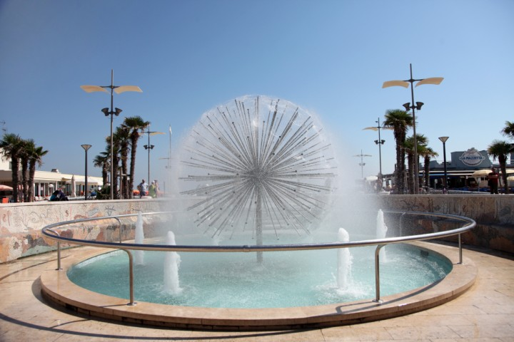 """promenade, Misano Adriatico, fountain<br /><a href=""""https://static.riviera.rimini.it/tl_files/gallerie/orig/img_3177a.jpg.zip"""" target=""""_blank"""" class=""""photo-download"""">Download high resolution image</a>"""