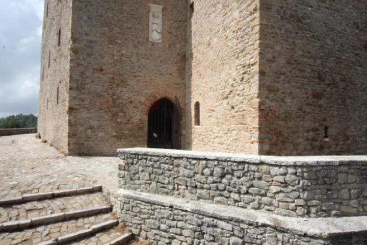 "Malatesta Fortress, Montefiore Conca<br /><a href=""https://static.riviera.rimini.it/tl_files/gallerie/orig/img_4116montefiore.jpg.zip"" target=""_blank"" class=""photo-download"">Download high resolution image</a>"