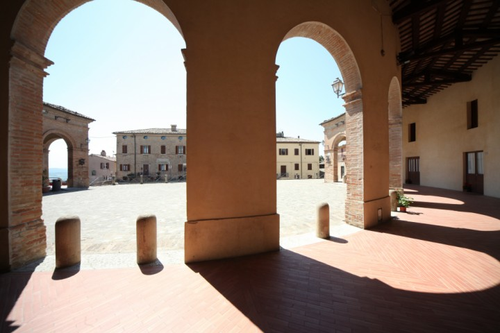 "Piazza Maggiore, Mondaino<br /><a href=""https://static.riviera.rimini.it/tl_files/gallerie/orig/img_5025_mondaino.jpg.zip"" target=""_blank"" class=""photo-download"">Download high resolution image</a>"