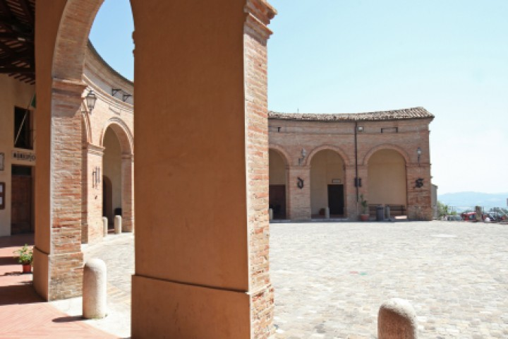 "Piazza Maggiore, Mondaino<br /><a href=""https://static.riviera.rimini.it/tl_files/gallerie/orig/img_5031a_mondaino.jpg.zip"" target=""_blank"" class=""photo-download"">Download high resolution image</a>"