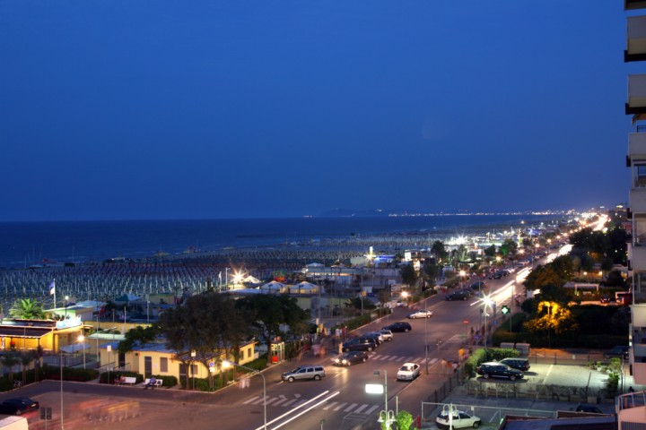 """promenade at night, Rimini<br /><a href=""""https://static.riviera.rimini.it/tl_files/gallerie/orig/img_5355a.jpg.zip"""" target=""""_blank"""" class=""""photo-download"""">Download high resolution image</a>"""
