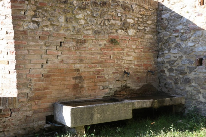 "Old Public washing troughs, Montecolombo<br /><a href=""https://static.riviera.rimini.it/tl_files/gallerie/orig/img_7825amontecolombo_lavatoio.jpg.zip"" target=""_blank"" class=""photo-download"">Download high resolution image</a>"