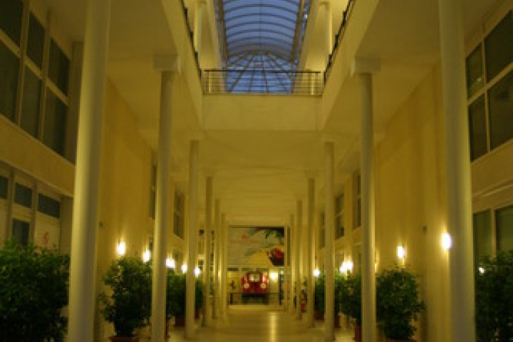 "<br /><a href=""https://static.riviera.rimini.it/tl_files/gallerie/orig/maranello-rosso-main-entrance.jpg.zip"" target=""_blank"" class=""photo-download"">descarga en alta resolución</a>"