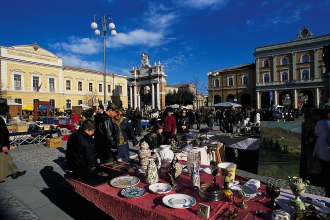 "antique market, Santarcangelo di Romagna<br /><a href=""https://static.riviera.rimini.it/tl_files/gallerie/orig/mercatino2.tif.jpg.zip"" target=""_blank"" class=""photo-download"">Download high resolution image</a>"