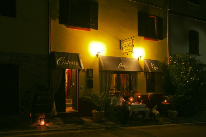 "a cena a Montecolombo<br /><a href=""https://static.riviera.rimini.it/tl_files/gallerie/orig/montecolombo-07.jpg.zip"" target=""_blank"" class=""photo-download"">Scarica in alta risoluzione</a>"