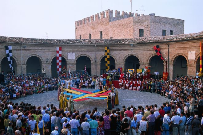 "The deer palio, Mondaino<br /><a href=""https://static.riviera.rimini.it/tl_files/gallerie/orig/palio-del-daino1.tif.jpg.zip"" target=""_blank"" class=""photo-download"">Download high resolution image</a>"