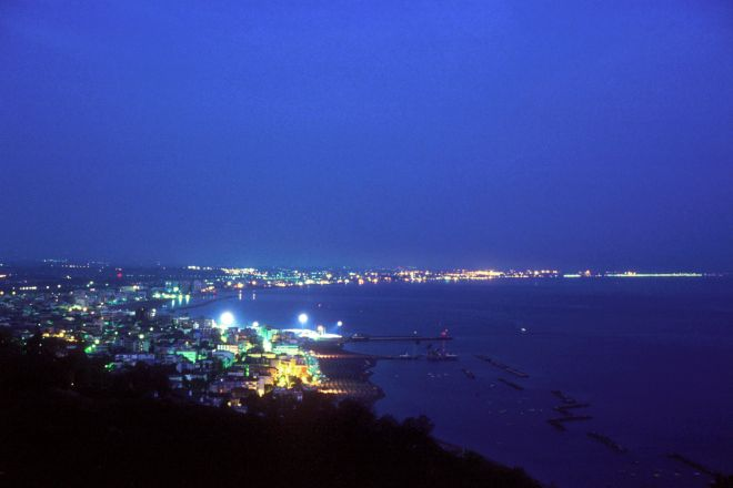 """panoramic night, Cattolica<br /><a href=""""https://static.riviera.rimini.it/tl_files/gallerie/orig/veduta-notturna.tif.jpg.zip"""" target=""""_blank"""" class=""""photo-download"""">Download high resolution image</a>"""
